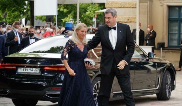 Markus Söder und seine Ehefrau treffen am Bayreuther Festspielhaus ein. Bild: Michael Kind
