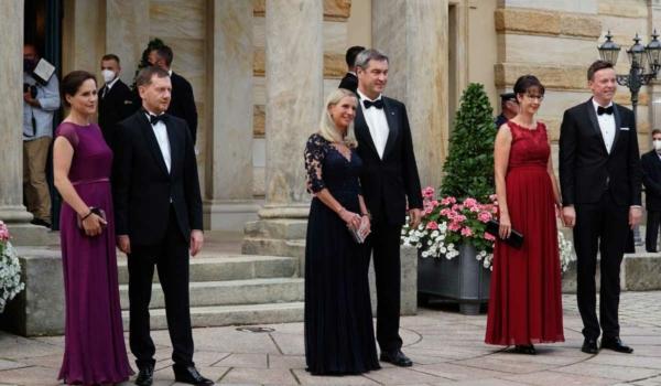 Troika der Unionsministerpräsidenten. v.l.n.r. Michael Kretschmer (Sachsen), Markus Söder (Bayern) und Tobias Hans (Saarland), jeweils mit Ehefrauen. Bild: Michael Kind