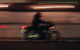 Eine 77-jährige Autofahrerin hat in Hof einen Motorradfahrer übersehen. Er ist frontal in ihre Fahrzeugfront geprallt. Symbolbild: Pexels/Vova Krasilnikov