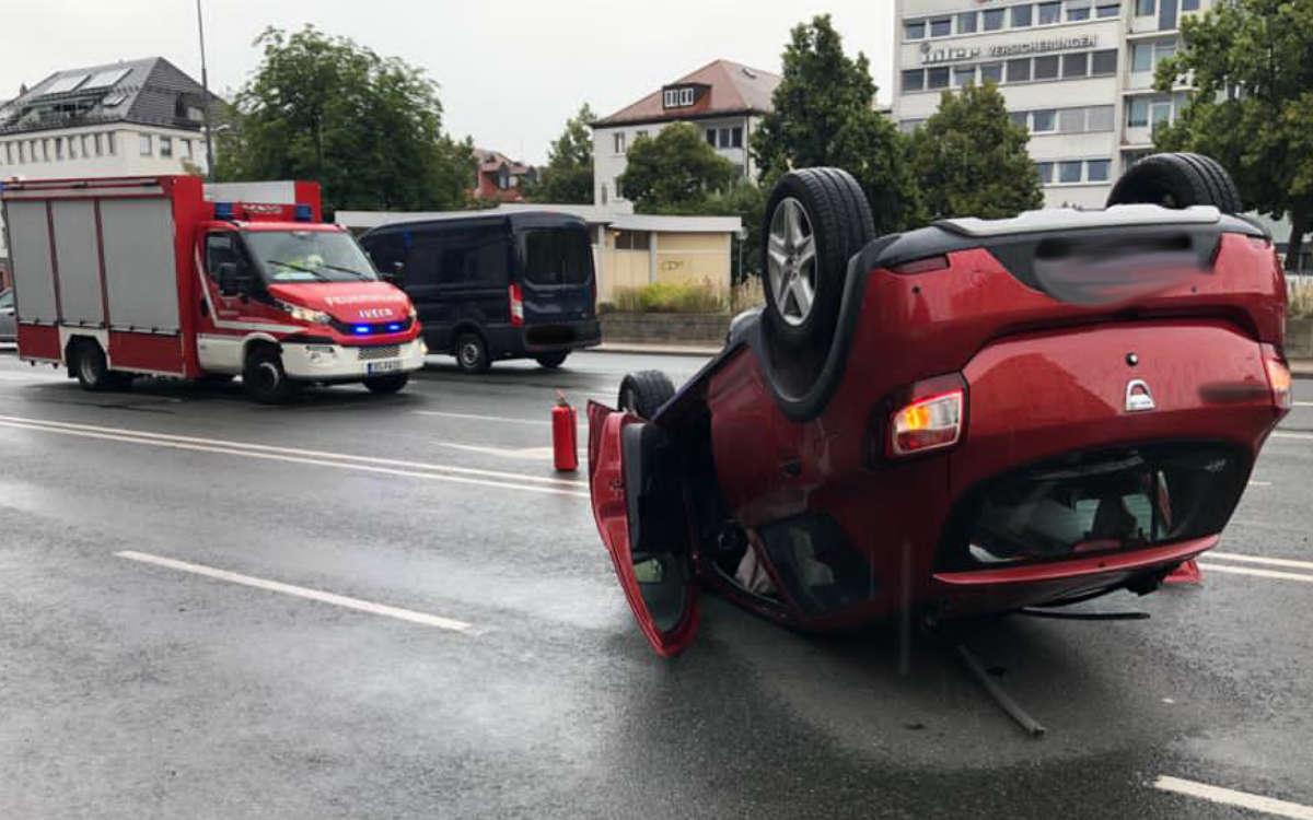 Schwerer Unfall in Bayreuth: Ein Auto wurde auf das Dach geschleudert. Foto: Jürgen Lenkeit