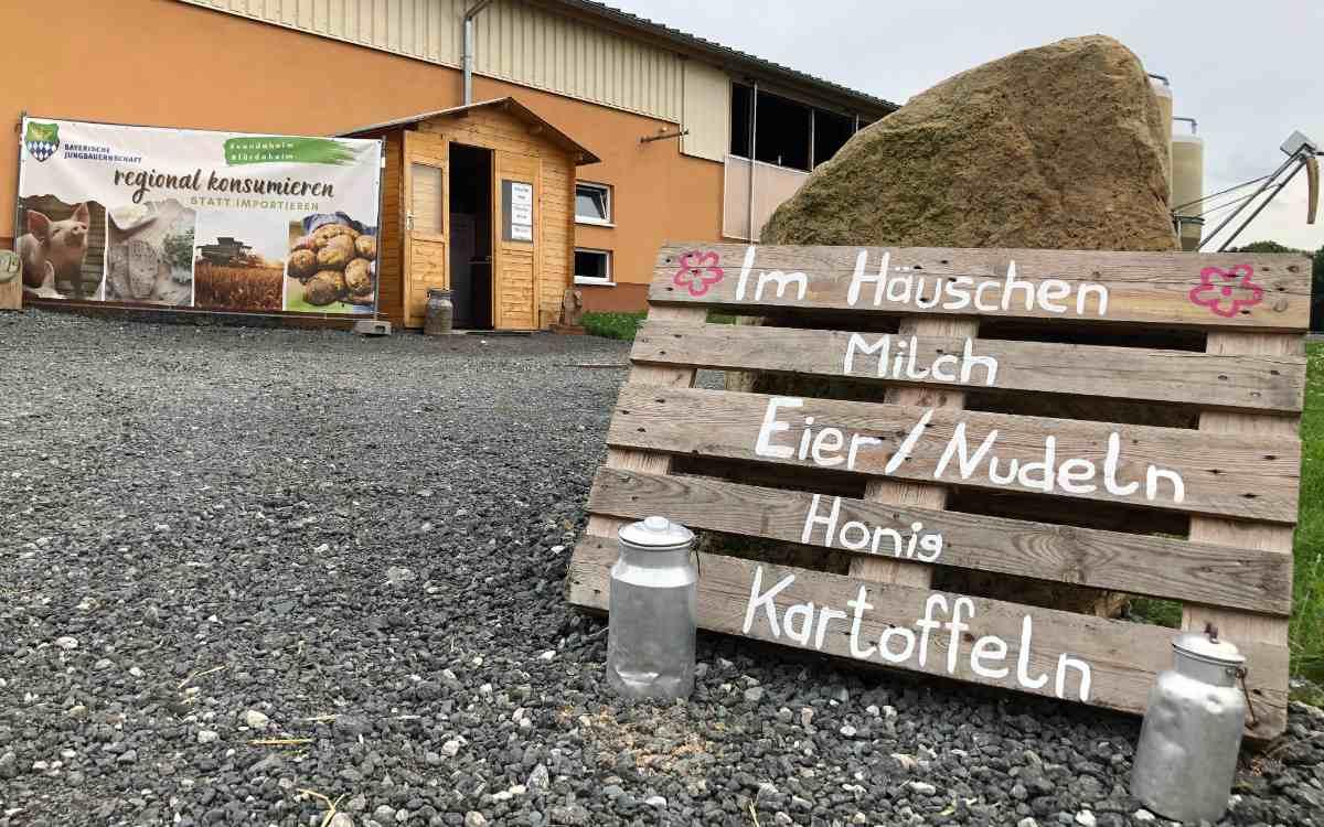 Beim Bauernhof Forkenhof zwischen Gesees und Mistelbach gibt es frische Eier und Milch zu kaufen - und sogar örtlich produzierten Honig. Bild: Michael Kind