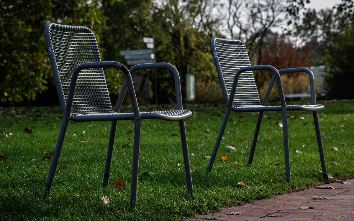 In Münchberg hat eine Frau Gartenstühle gestohlen - direkt vom Nachbargrundstück. Symbolbild: Pixabay