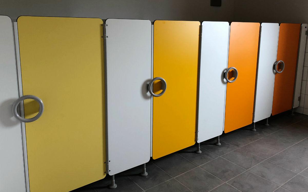Fröhliche Farben in den Toiletten: Im neuen Waldorfkindergarten in Bayreuth soll auch der Toilettengang ein Erlebnis sein. Bild: Jürgen Lenkeit