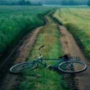 Bei Münchberg im Landkreis Hof in Oberfranken wurde ein 53-jähriger Radfahrer bei einem Unfall mit einem Auto verletzt. Symbolbild: Pexels/Анна Васильева