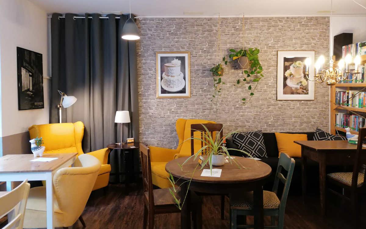 Gemütliches Sofa und mehrere Sessel - die Pflanzen hat Sanders neu angeschafft. Bild: Michael Kind