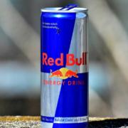 Bei einem kuriosen Einbruch in einen Döner-Laden in Wunsiedel hat der Dieb 24 Dosen Red Bull geklaut. Symbolbild: pixabay