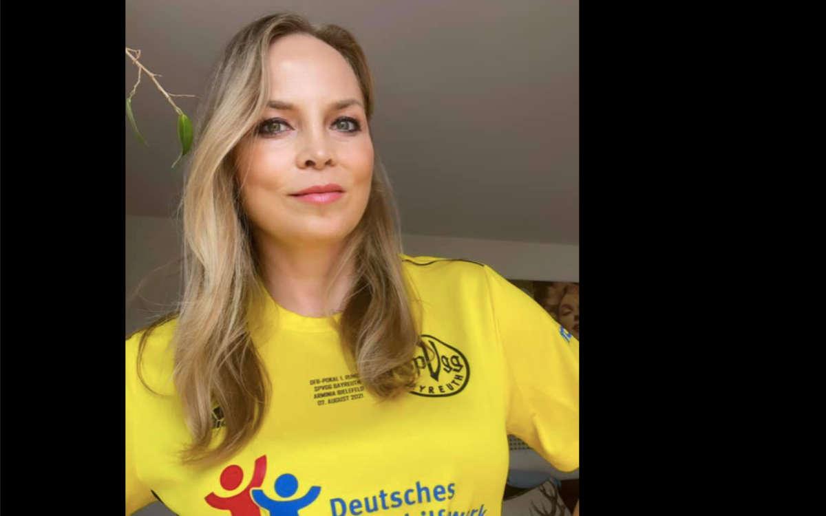 Regina Halmich zeigt sich im Trikot der SpVgg Bayreuth vor dem Pokalspiel gegen Arminia Bielefeld. Foto: Regina Halmich, Facebook / Screenshot