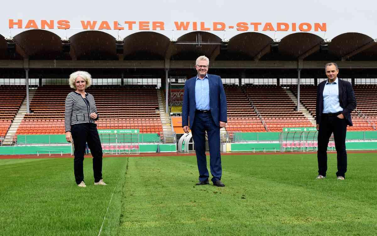 Das neue Spielfeld im Hans-Walter-Wild-Stadion ist fertig. V.l.n.r.: Baureferentin Urte Kelm, Oberbürgermeister Thomas Ebersberger, Sportamtsleiter Christian Möckel. Bild: Stadt Bayreuth