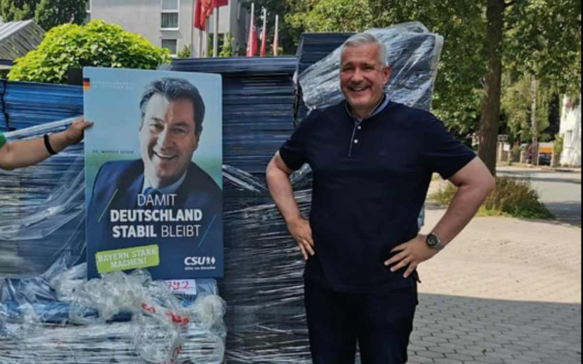 Fernsehkoch Alexander Herrmann posiert in Bayreuth mit einem Wahlplakat von Bayerns Ministerpräsident Markus Söder. Bild: Silke Launert, Facebook / Screenshot