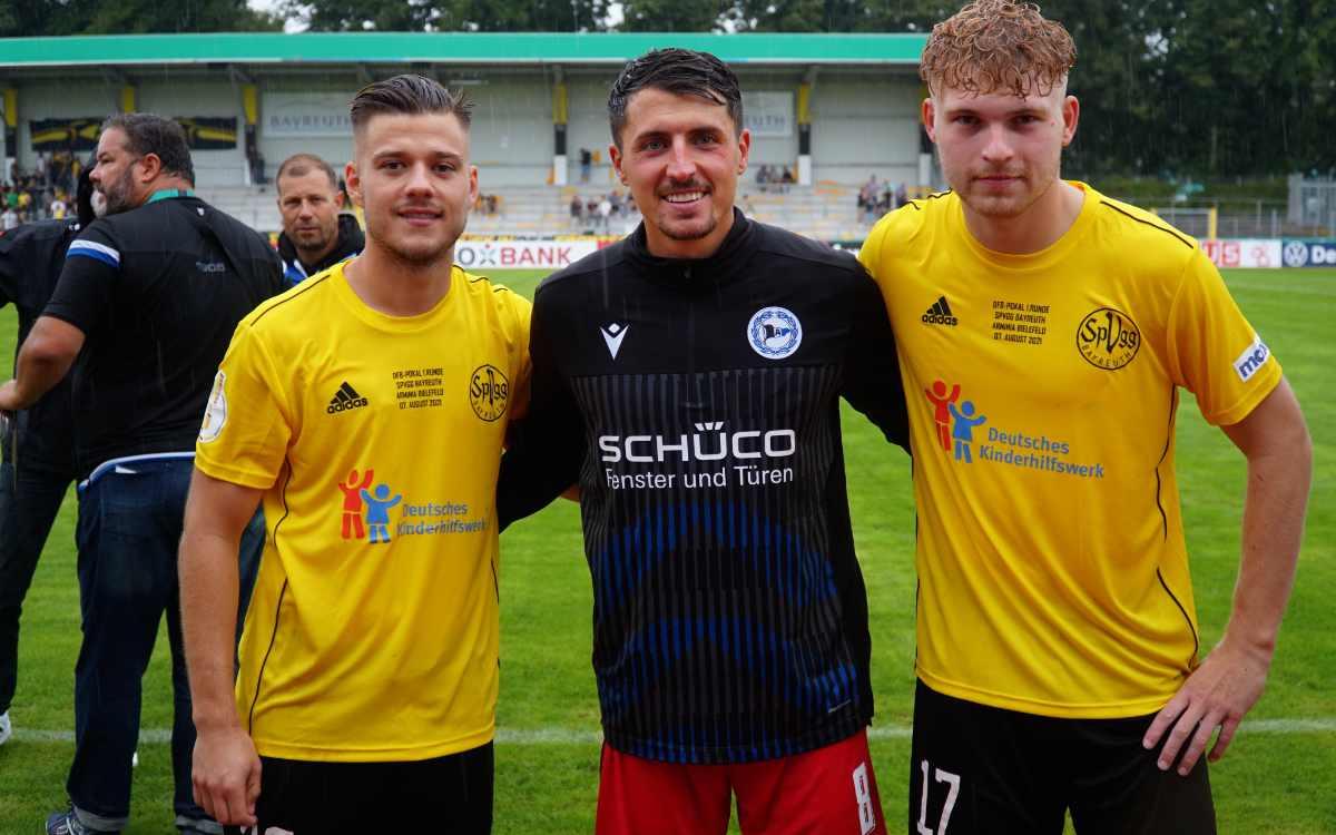 v.l.n.r.: Ivan Knezevic, Alessandro Schöpf, und Stefan Maderer nach Spielende. Bild: Jürgen Lenkeit