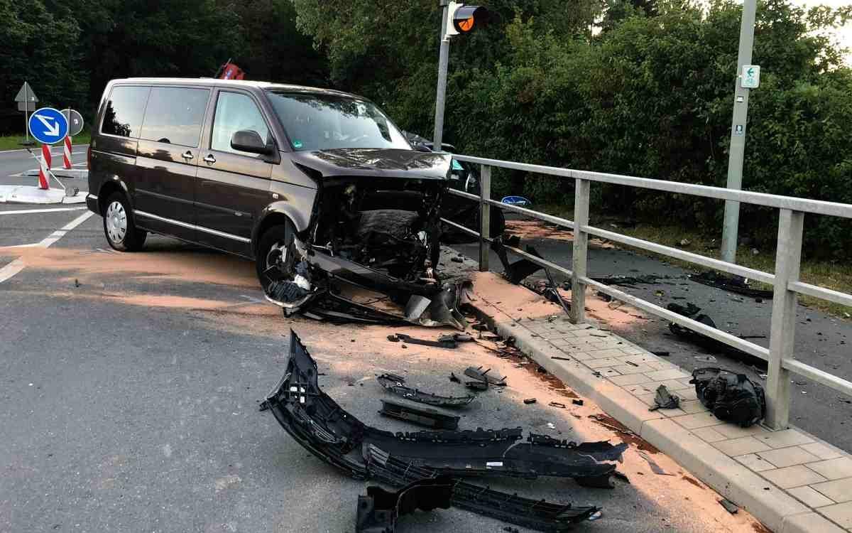 Schwerer Unfall an der Kreuzung Thiergärtner Straße/Universitätsstraße: zwei Personen wurden verletzt, eine davon schwer. Bild: privat.
