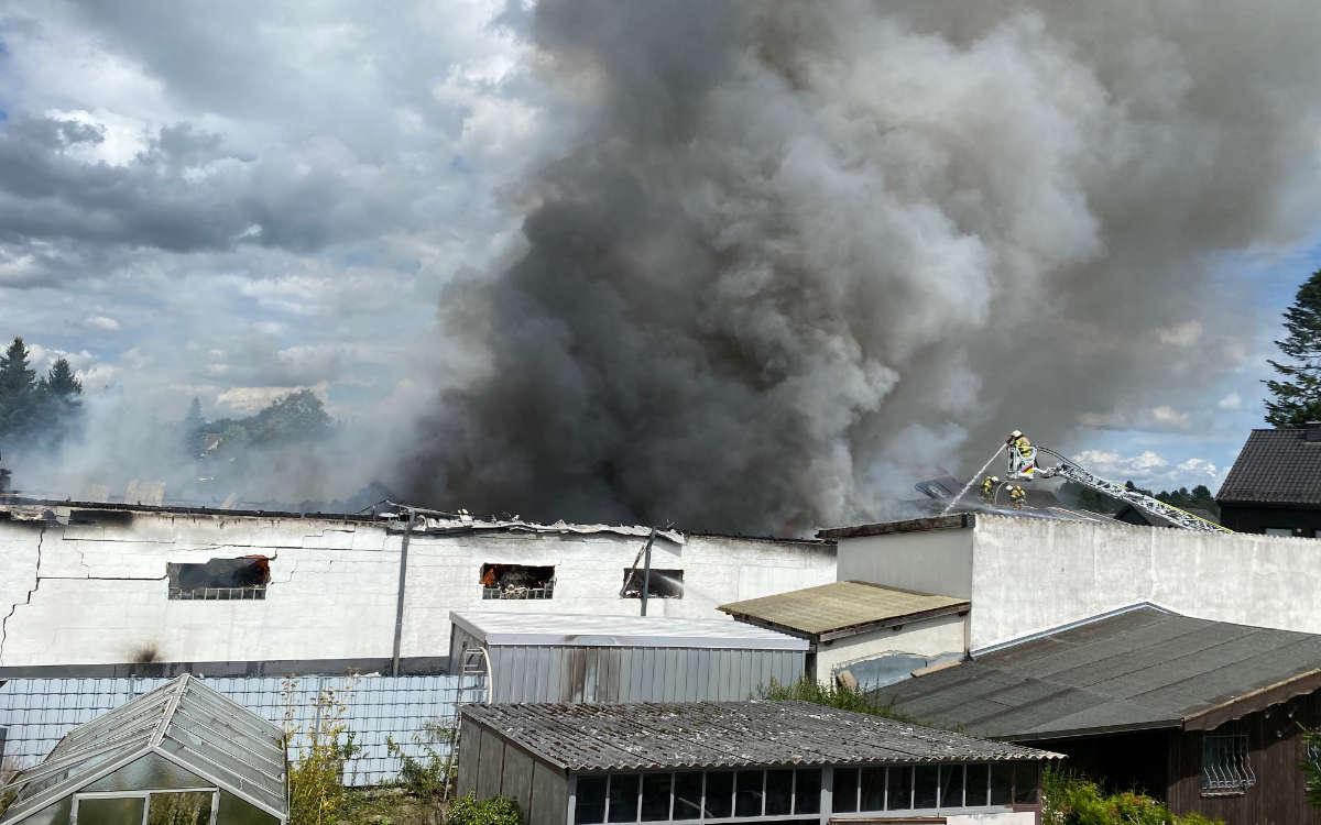 Großbrand in Oberfranken: Im Hofer Stadtteil Jägersruh hinterlässt ein Brand in einer Werkshalle massive Rauchschwaden. Bild: NEWS5