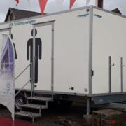Der Toilettenwagen, der in Kulmbach von bisher unbekannten Tätern gestohlen wurde. Bild: Polizeipräsidium Oberfranken