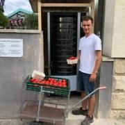Florian Schmidt, Leiter der Gärtnerei Schmidt in Bayreuth, füllt den neuen Automaten mit frischen Tomaten. Bild: Michael Kind