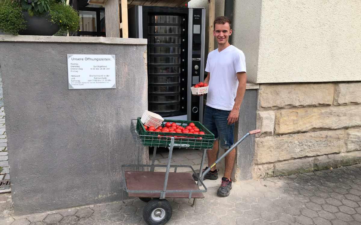 Gärtnereimeister Florian Schmidt beim Auffüllen des Gemüseautomaten in der Eckenerstraße am 12. August 2021. Bild: Michael Kind