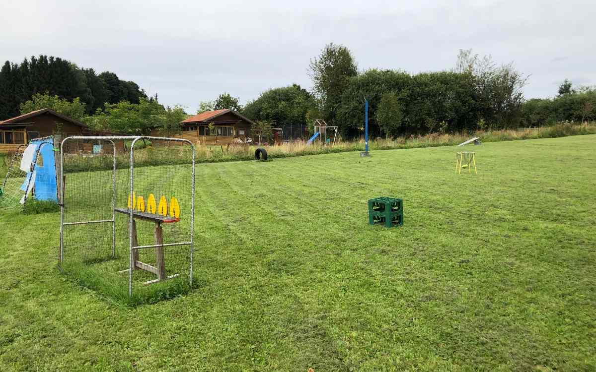 Der Geflügelzuchtverein Gefrees im Landkreis Bayreuth lädt ein zur Picknickwiese. Bild: Michael Kind