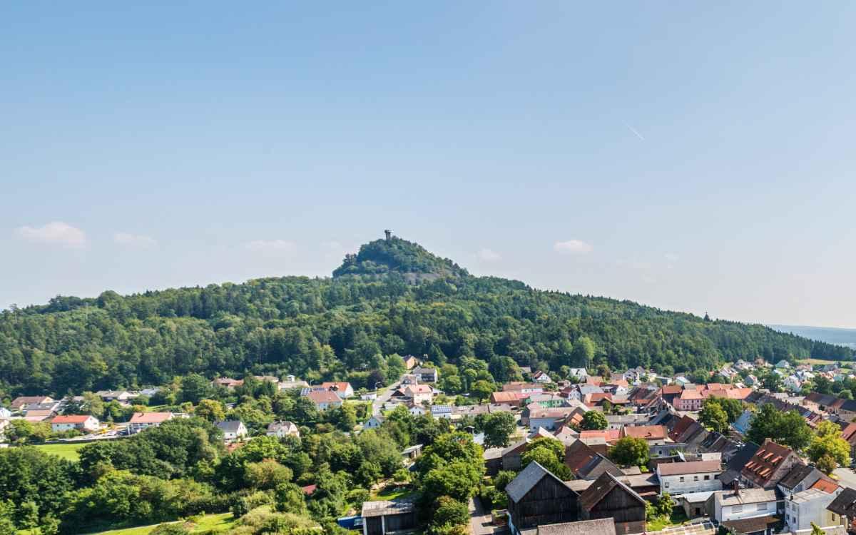 Der Rauhe Kulm in der Oberpfalz aus Blickrichtung des Kleinen Kulms im Westen. Dazwischen liegt Neustadt am Kulm. Bild: Tourismuszentrum Oberpfälzer Wald/Thomas Kujat