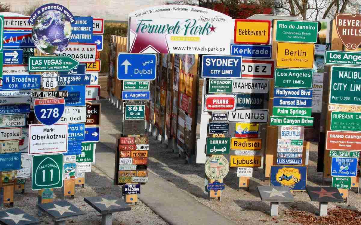 Fernwehpark Oberkotzau: Ortstafeln aus aller Welt haben in Oberfranken ein neues Zuhause gefunden. Bild: Klaus Beer/Fernwehpark Oberkotzau
