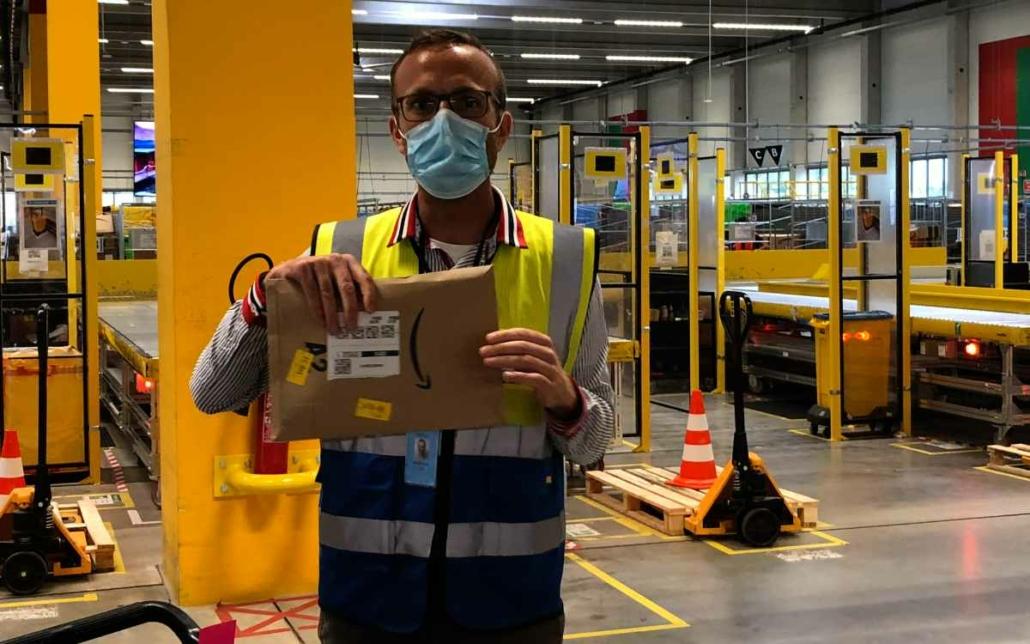 Amazon-Verteilzentrum in Bayreuth: Standortleiter Andreas Volk erklärt den Weg der Lieferungen am Standort im Logistikpark. Bild: Jürgen Lenkeit