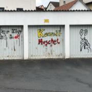 Hinter dem Bahnhof in Bindlach haben Unbekannte in mehreren Straßen Häuser, Schilder oder Garagen mit Farbe besprüht. Foto: Jürgen Lenkeit
