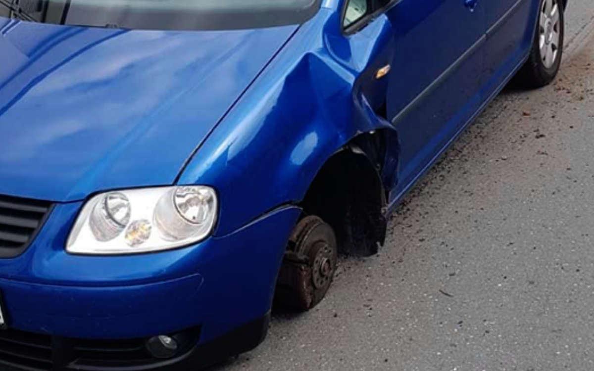 In Bad Berneck hat ein VW Candy während der Fahrt ein Rad verloren. Die Umstände deuten auf gelockerte Radmuttern hin. Bild: privat