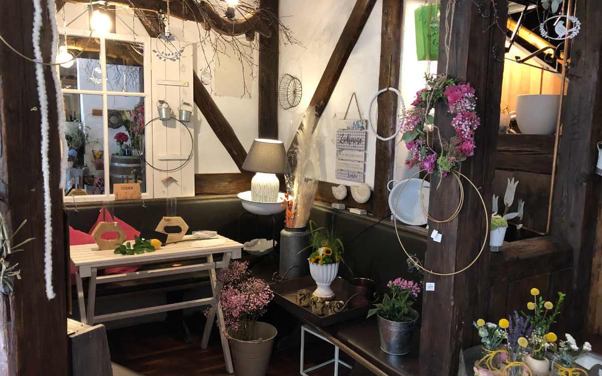 Allerlei Dekorationen und Blumen gibt es zu kaufen. Bild: Michael Kind