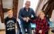 Von links: Leo Schuberth, zweiter Bürgermeister von Kulmbach Frank wilzok und Lennard Hanft bei der Übergabe der gesammelten Spenden im Kulmbacher Rathaus. Bild: Stadt Kulmbach