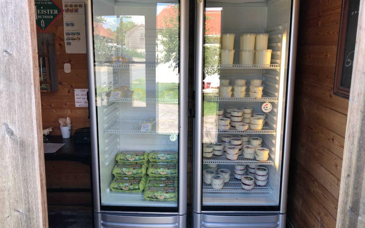 Joghurt und Käse, produziert aus Milch von den eigenen Kühen. Bild: Michael Kind