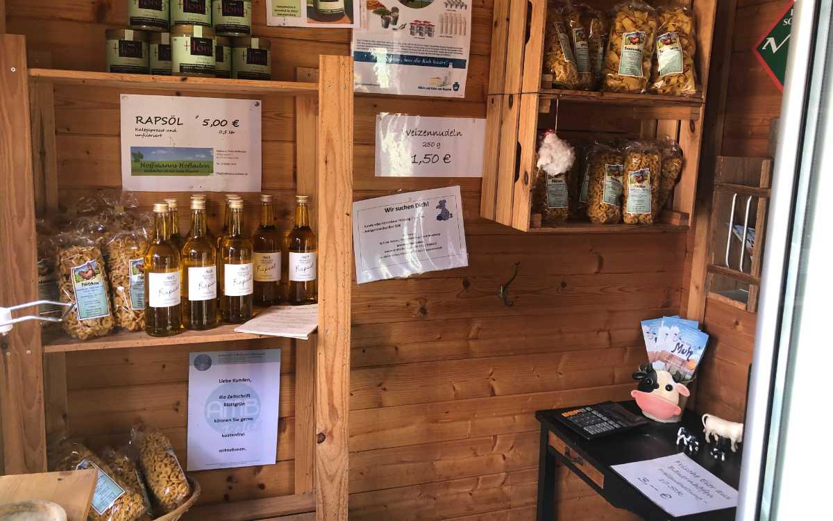 Passend zum Familiennamen gibt es auch Rapsöl - Nudeln und Honig aus der Region sind ebenfalls im Angebot. Bild: Michael Kind