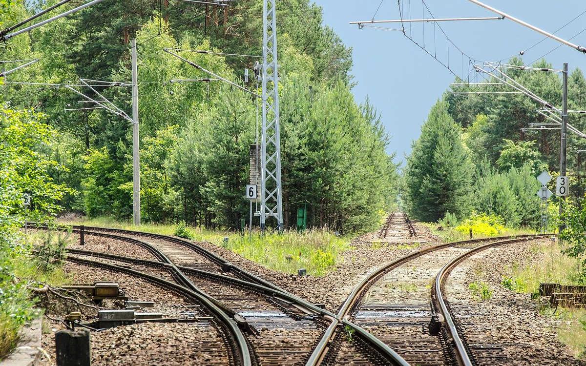 Bei einem Arbeitsunfall in Nürnberg ist ein Mann gestorben. Er hat einen massiven Stromschlag bekommen. Symbolbild: pixabay