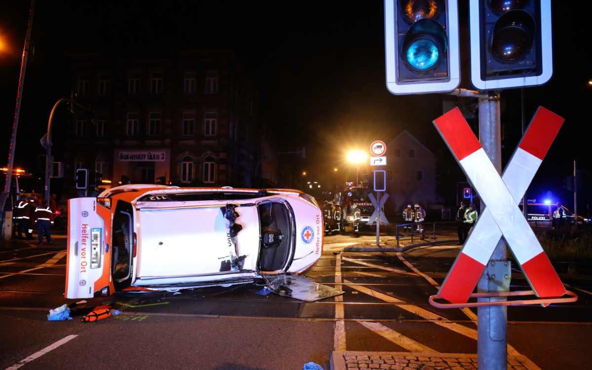 In Schwarzenbach an der Saale ist ein Rettungswagen auf die Schienen gestürzt. Dann wurde das Auto eines Feuerwehrkommandanten gestohlen. Bild: News5/Fricke