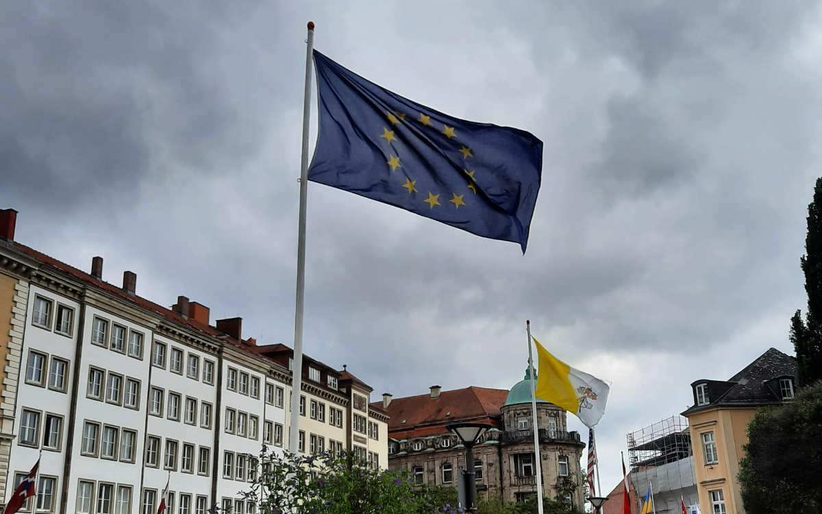 Die Europa-Fahne am La-Spezia-Platz in Bayreuth. Sie wurde anstelle der belorussischen Flagge gehisst. Bild: Jürgen Lenkeit
