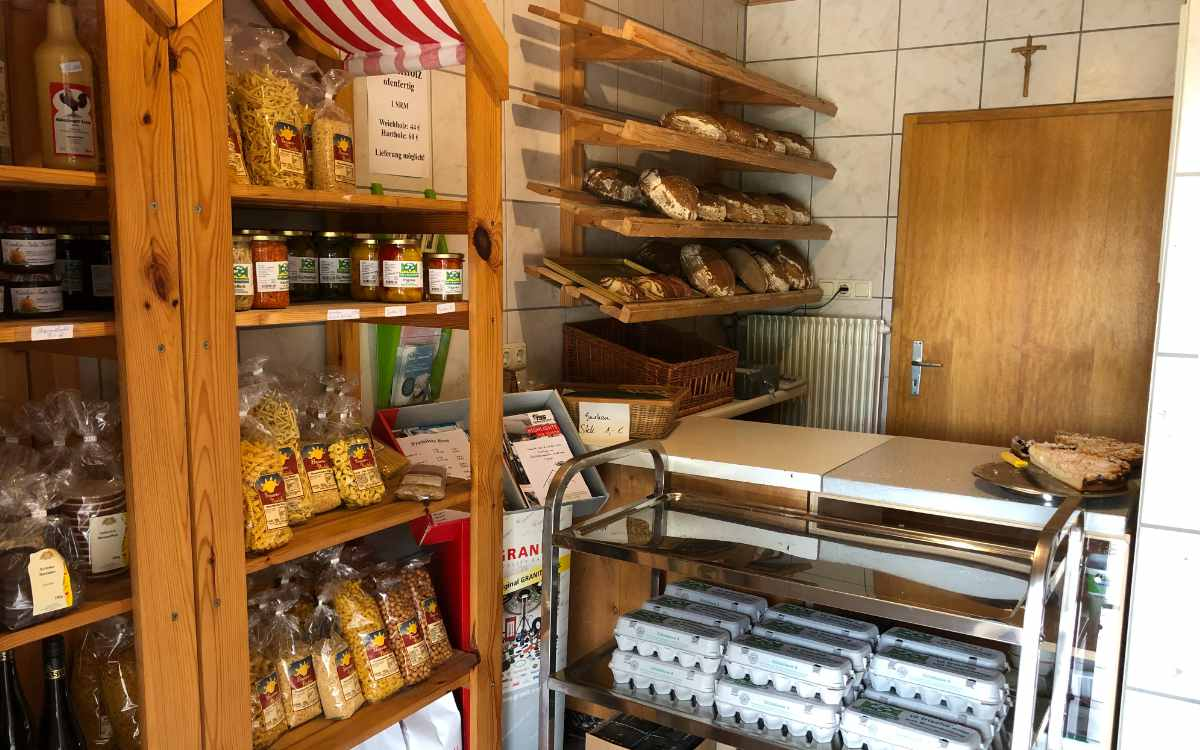 Der Hofladen an der Hedelmühle bei Trockau verkauft selbstgebackenes Brot, Brötchen und viele andere Delikatessen. Bild: Michael Kind