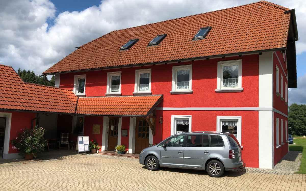 Schon aus der Entfernung sieht man das über 100 Jahre alte, markant rote Haus. Bild: Michael Kind
