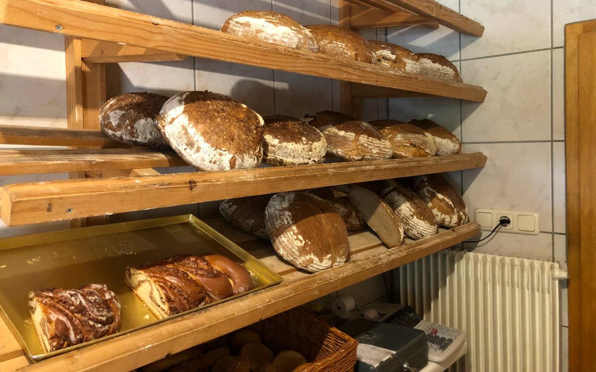 Brot, Brötchen, Zöpfe - alles frische Backwaren aus eigener Produktion. Bild: Michael Kind