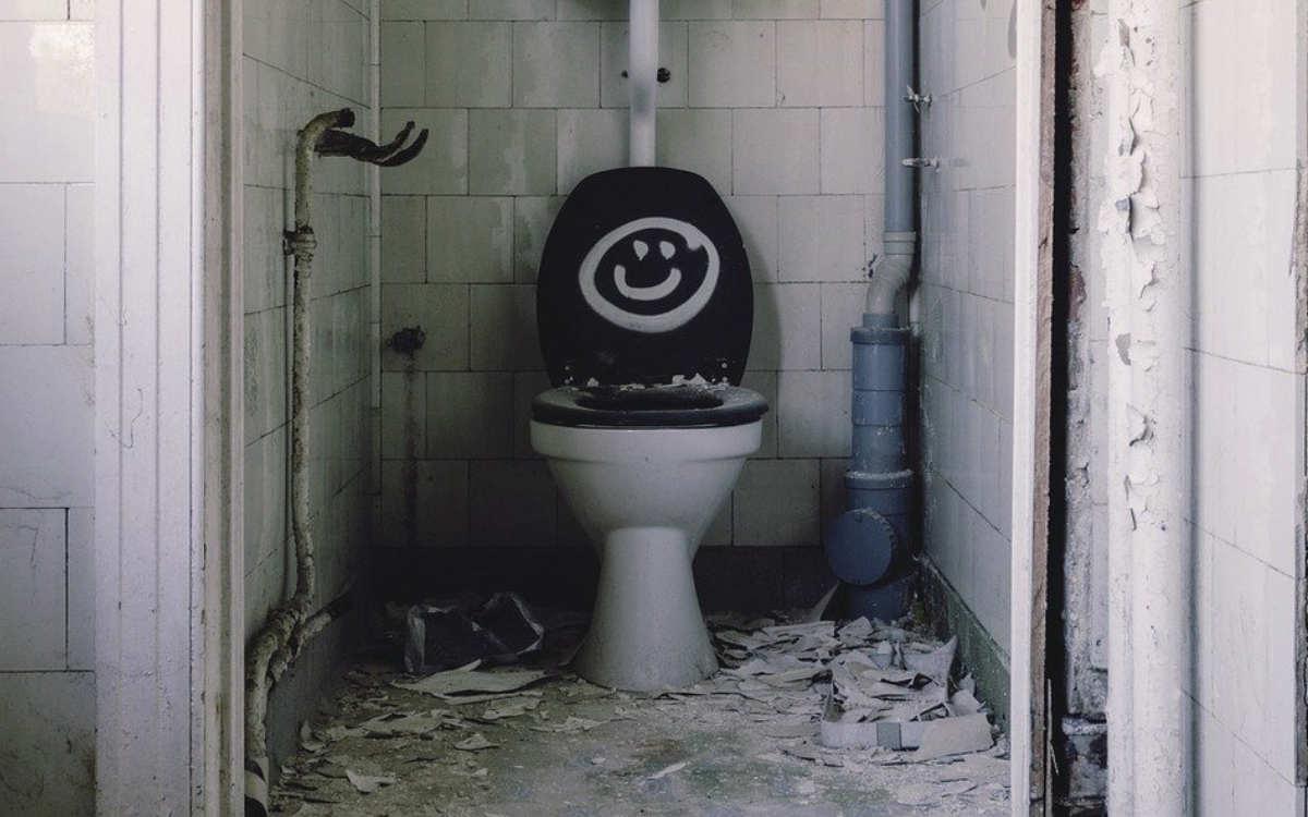 Ein Randalierer hat die Arrestzelle in Hof verschmutzt. Er verstopfte die Toilette mit Bettwäsche und fing an zu spülen. Symbolbild: Pixabay