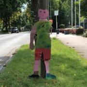 Figuren aus Pappe sollten in der 30er-Zone in der Markgrafenallee Autofahrer dazu bringen, langsamer zu fahren. Bild: Jürgen Lenkeit