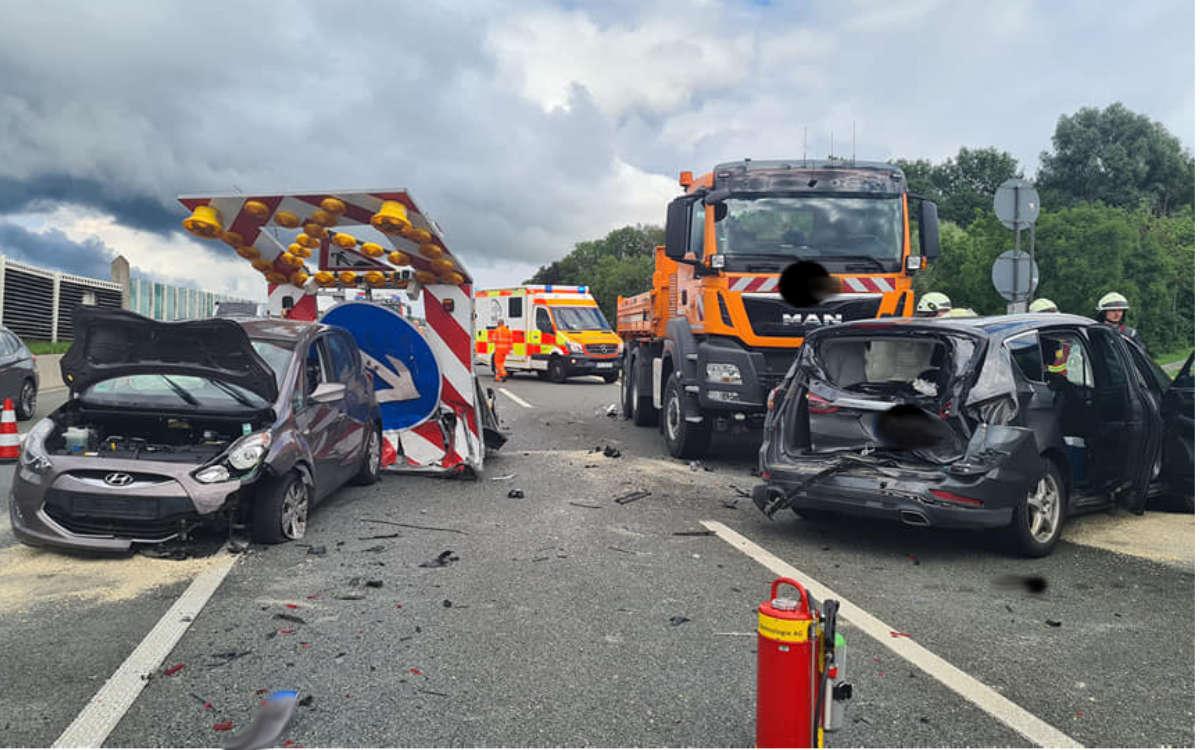 Unfall auf der A9 am Bindlacher Berg. Ein Trümmerfeld und eine Vollsperrung waren die Folge. Foto: Feuerwehr Bindlach