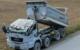 Bei einem Unfall bei Stadtsteinach wurde das Führerhaus eines Lkws gegen die Unterseite einer Brücke gedrückt. Der Fahrer wurde schwer verletzt. Bild: Polizei Stadtsteinach