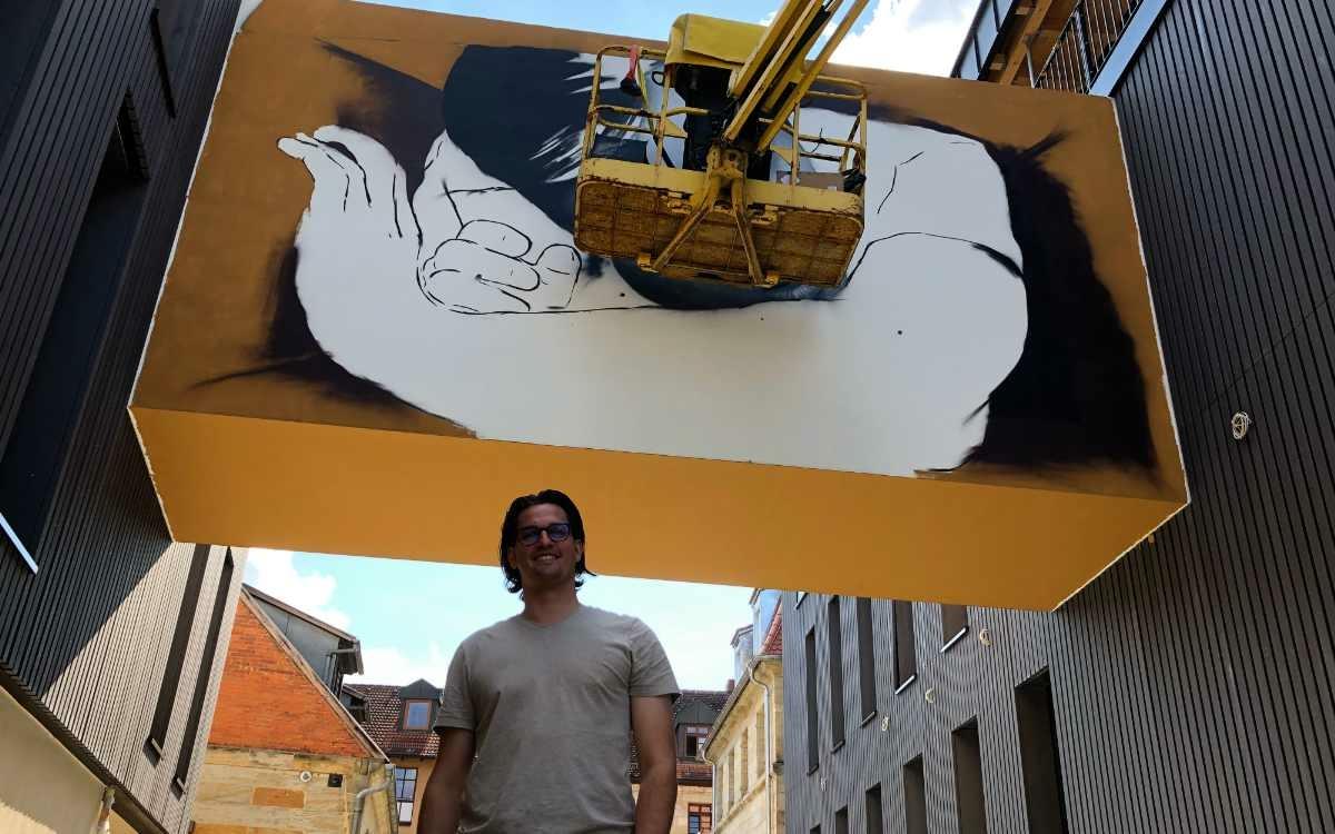 Street-Art Hotel Liebesbier to sleep in Bayreuth: Geschäftsführer Sebastian Wenk präsentiert ein Kunstwerk auf der neuen Verbindungsbrücke zwischen zwei Neubauten. Bild: Jürgen Lenkeit