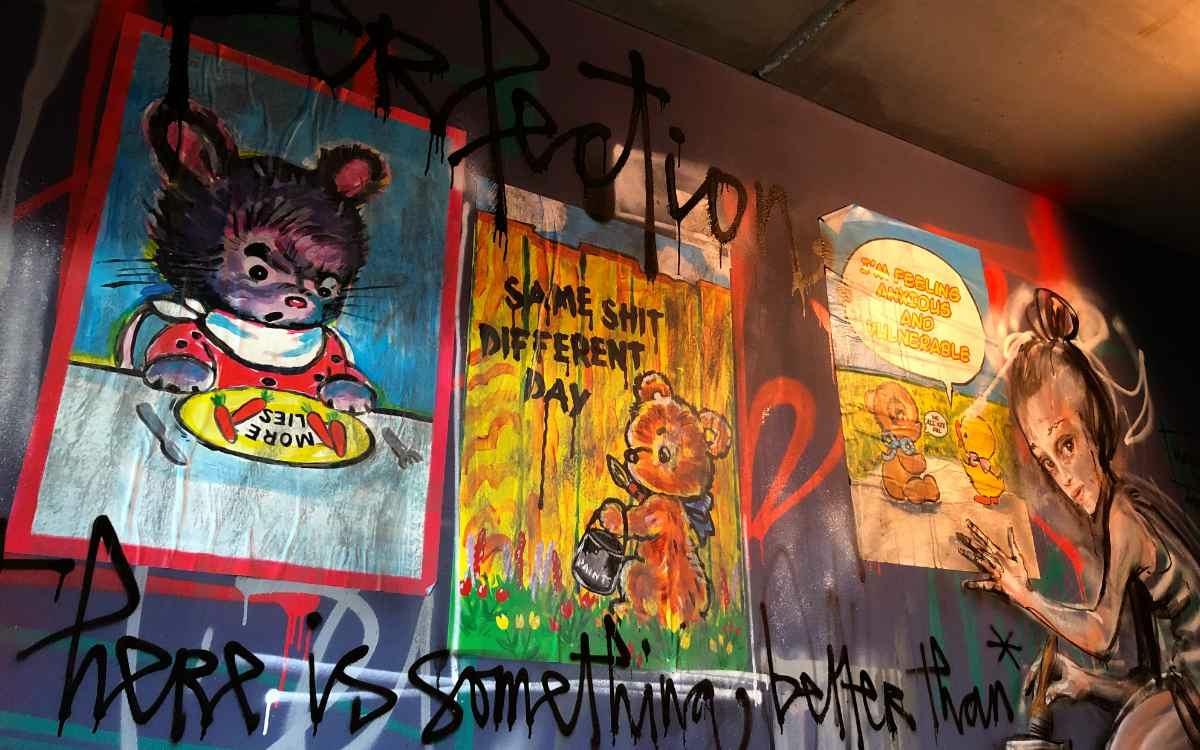 Street-Art Hotel Liebesbier to sleep in Bayreuth: Graffiti trifft auf Plakat - mitten in einem Hotelzimmer. Bild: Jürgen Lenkeit