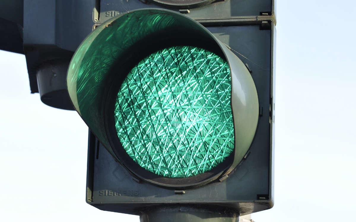 Bei einem Autounfall an einer Kreuzung in Bayreuth ereignete sich ein Autounfall, bei dem die jeweiligen Ampeln für beide Fahrer grün gezeigt haben sollen. Symbolbild: Pixabay