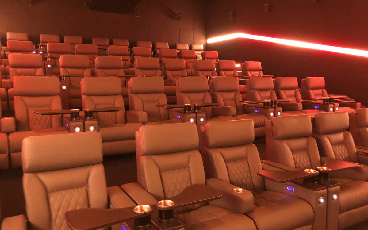 Fünf Kinosäle mit insgesamt 186 Plätzen - die Sitze sind verstellbar und haben kleine Drehtische. Bild: Michael Kind
