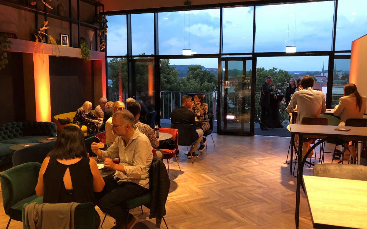 Etwa 70 Personen finden in der Lounge Area Platz. Auch mit dabei: die Dachterrasse. Bild: Michael Kind