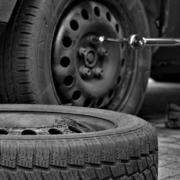 In Coburg in Oberfranken klauten Diebe ganze Reifensätze von Ausstellfahrzeugen. Symbolbild: pixabay