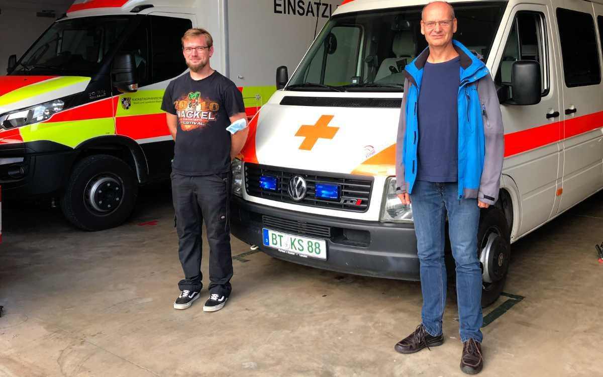 Freiwillige vom BRK Bayreuth: Sebastian Bartsch (li.) und Alfred Lang (re.) von der Bereitschaft Bayreuth I halfen nach der Flutkatastrophe im Ahrtal. Bild: Jürgen Lenkeit
