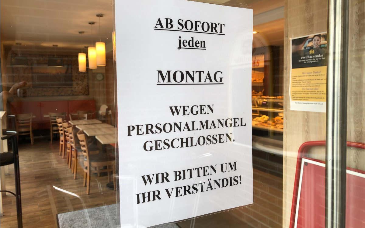 Jeden Montag muss Stefan Nitschke seine Bäckerei nun wegen Personalmangels geschlossen halten. Bild: Michael Kind