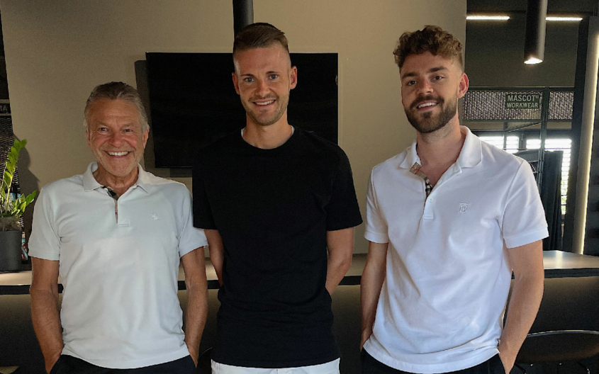 Lothar Wolf, der heute seinen 70. Geburtstag feiert, mit seinen Söhnen Chris und Tim (von links). Lothar und Chris gehören in der Vereinsgeschichte der SpVgg zu den Leistungsträgern der ersten Mannschaft, Tim spielte bei den Junioren des 1. FC Nürnberg. Foto: Stephan Müller.