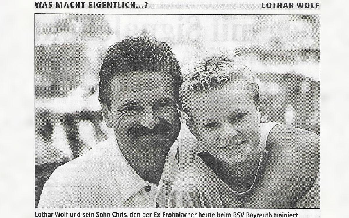 Lothar Wolf, der für die Altstädter von 1979 bis 1981 in der 2. Liga Süd spielte, und sein Sohn Chris. Zum Zeitpunkt dieses Fotos ahnte noch niemand, dass auch Chris in Bayernliga und Regionalliga weit über 300 Pflichtspiele für die SpVgg absolvieren wird. Foto: Archiv Lothar Wolf.