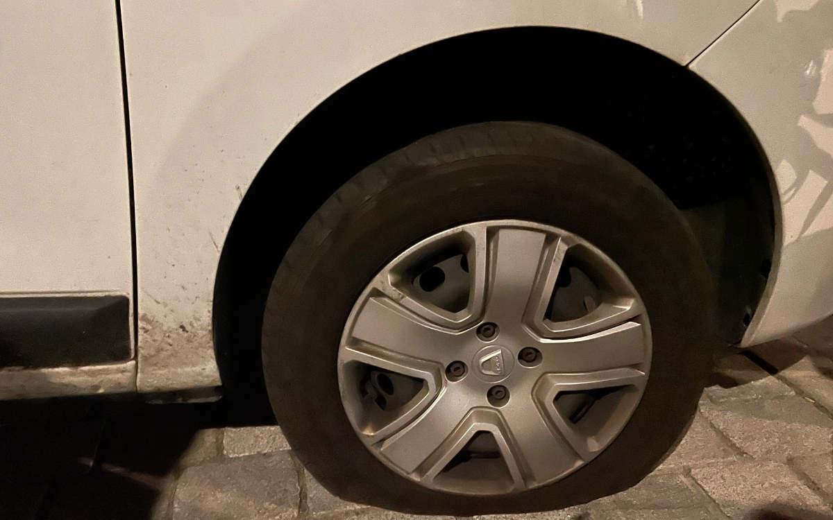 Der Bundestagskandidatin der Grünen aus Bayreuth, Susanne Bauer, sind die Reifen ihres Autos zerstochen worden. Bild: privat